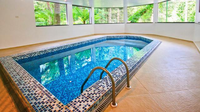 Campos dos Holandeses - Já para momentos de lazer e relax, os hóspedes aproveitem piscina coberta e aquecida.