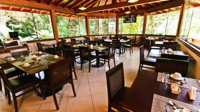 Campos dos Holandeses - Para completar, o café da manhã está incluso na tarifa! Ele é servido em um salão com vista panorâmica.