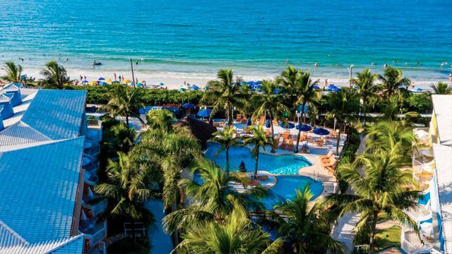 Hotel Vila do Farol - O hotel está à beira da Praia de Bombinhas, que os hóspedes aproveitam com a companhia do serviço de praia.