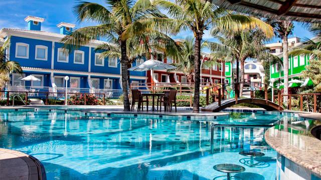 Hotel Vila do Farol - Para começar, o hotel possui duas piscinas, uma delas ao ar livre, com área rasa para crianças.