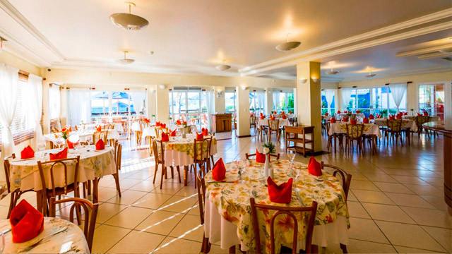 Hotel Vila do Farol - As refeições inclusas são servidas no restaurante do hotel, e dois bares completam as possibilidades.