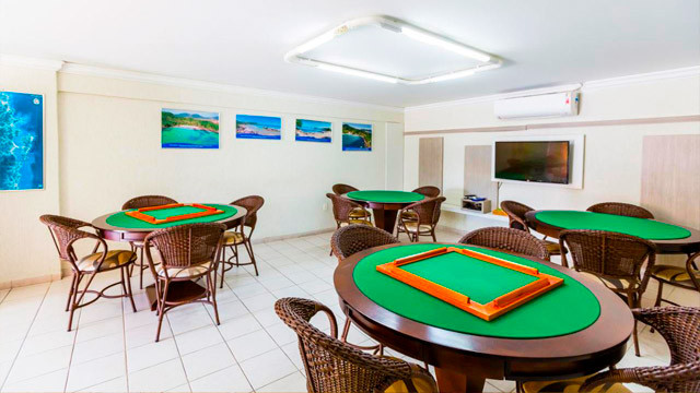 Hotel Vila do Farol - O lazer continua nos três salões de jogos! O primeiro deles é para adultos, com mesas de carteado.