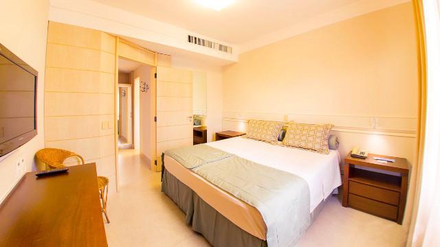 """Jurerê Beach Village - Ao voltar para a acomodação, desfrute de muito conforto. São 27 m² com sacada, TV 32"""", AC, frigobar e amenities."""