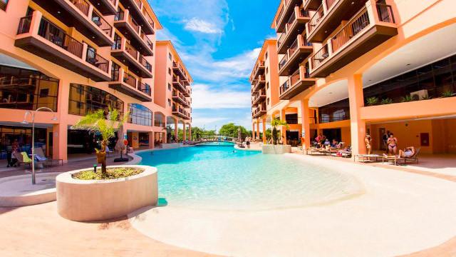 Jurerê Beach Village - Quando o assunto é lazer, todos desfrutam de três piscinas ao ar livre: uma para adultos, uma infantil e uma aquecida.