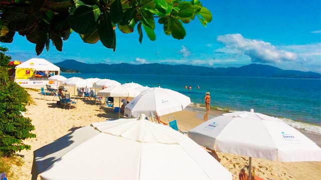 Jurerê Beach Village - O hotel está à beira da badalada Praia de Jurerê Internacional, onde hóspedes desfrutam do serviço de praia.
