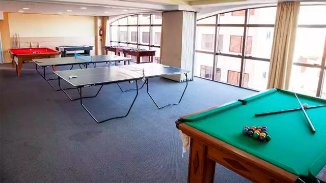 Jurerê Beach Village - Outras opções para diversão estão na sala de jogos, com pebolim, ping-pong, sinuca, jogos eletrônicos e carteado.