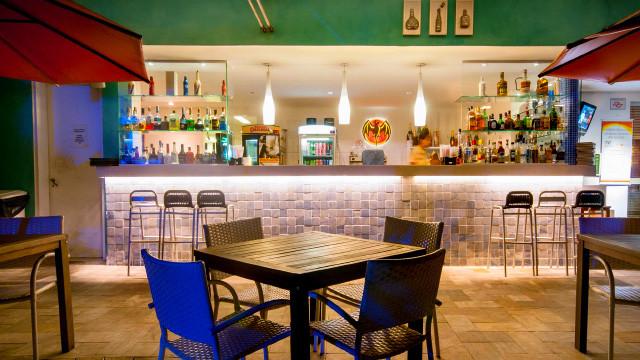 Pousada Port Louis - Sem esquecer do melhor complemento: bar com opções de drinks e cocktails perfeitos para o clima tropical.
