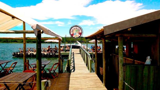 Resort da Ilha - Já o Buteco da Ilha é um bar flutuante sobre o Rio Tietê! Aberto também ao público, ele serve bebidas e petiscos.