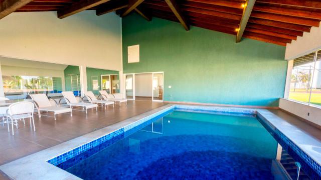 Resort da Ilha - A piscina coberta é ideal para os dias friozinhos. Os momentos de bem-estar tem lugar ainda na sauna e na academia.