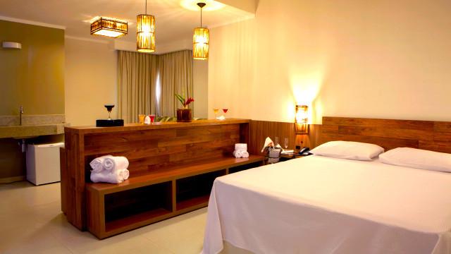 """Resort da Ilha - Para o descanso são três opções de acomodação. Todos possuem 45 m², varanda, TV 40"""", AC, frigobar e amenities."""