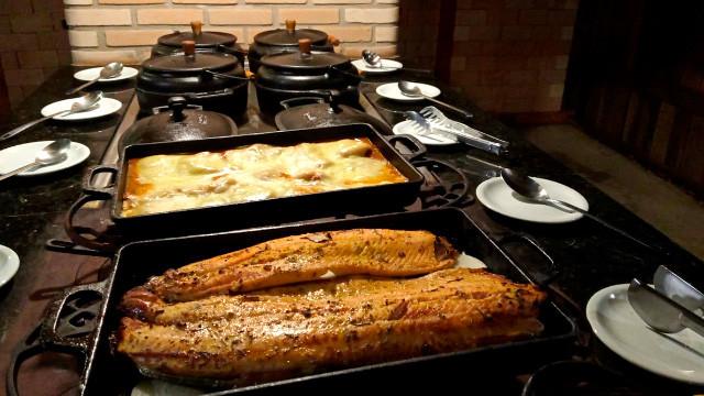 Resort da Ilha - Um deles oferece sabores regionais e opções como carnes, massas, saladas, etc. O outro é especializado em churrasco.