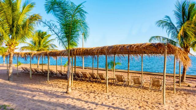 Resort da Ilha - O lazer começa desde o rio, com praia de água doce exclusiva para hóspedes e com serviço de praia.