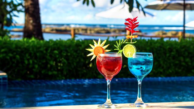 Villa dos Corais Pousada - Entre um mergulho e outro, aproveite também o bar molhado, que serve drinks e petiscos.
