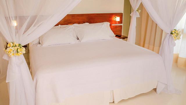 Villa dos Corais Pousada - Os quartos estão plenamente equipados com TV, AC, cofre, frigobar, secador de cabelo e amenities.