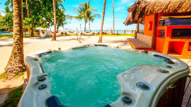 Villa dos Corais Pousada - Quando o assunto é relax, outras opções estão ao dispor. A primeira delas é a hidromassagem, pertinho da piscina.