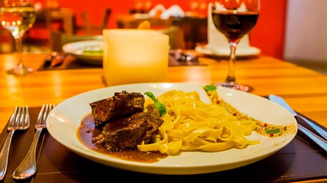 Villa dos Corais Pousada - O menu conta com opções de massas, grelhados, frutos do mar, saladas e carta de vinhos.