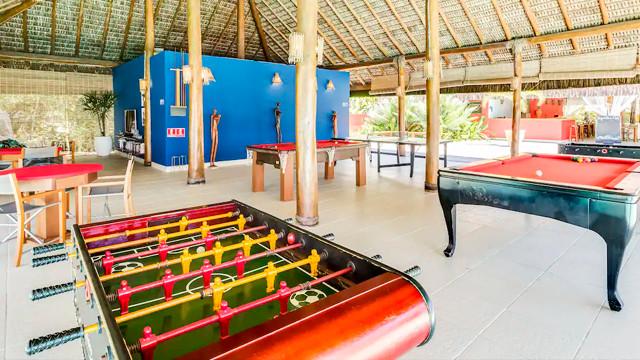 Villa dos Corais Pousada - Ao lado da piscina está o salão de jogos, com mesa de ping-pong, sinuca, pebolim e carteado.